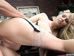 Passionate woman Julia Ann wants Tommy Gunns ram rod in her mouth desperately and gets it