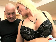 Blind folded busty blondie Diamond Foxxx gets her kitty fingered greedily