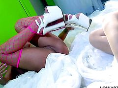 Tyler Faith takes Shyla Stylezs fingers deep in her muff after warm-up