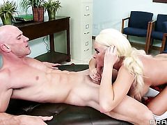 Summer Brielle with juicy breasts is good at worm sucking and loves it