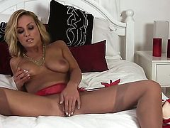Lexi Swallow gives a closeup of her muff as she masturbates with sex toy