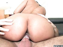 Brunette chica Maria keeps her mouth wide open while taking cum facial