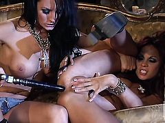 Alektra Blue strips down to her bare skin to play with her cunt naked