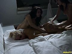 Blonde Malena Morgan cant stop toying her vagina