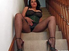 Perfect English Ebony Milf Showing off and self Plaesure
