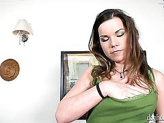 Elis Diamond toy fucks her beaver