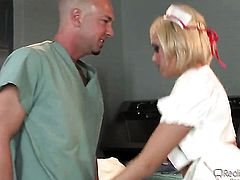 Blonde Jack Spade lets man insert his meat pole in her mouth