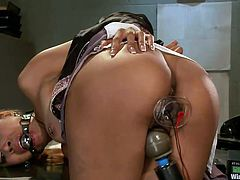 Bobbi is a dominant lesbian for whom kinky games involve electro-play, vibrators, electrodes. Have fun watching slutty Yasmine, tormented by this merciless hot mistress. Click to enjoy all the inciting moments!