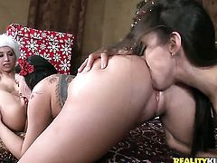 Blonde Sammie Rhodes with big booty and trimmed bush fucks herself with toy