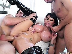 Milf stunner Eva Karera is good on her way to satisfy her bang buddy with her hot mouth