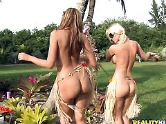Blonde senora Isis Taylor with phat ass and hairless bush toying her beaver
