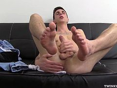 Jessie is in the living room, plays with his feet, takes off his white socks, sucks his toes. More cock and feet play and then Jessie dumps his load onto his feet. Feet size 9.