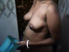 desi bhabi bathing