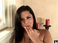 Sunny Leone plays with her cunt