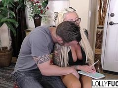 Bombshell Lolly Ink helps him with her pussy
