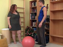 Fitness instructor screws BBW from behind