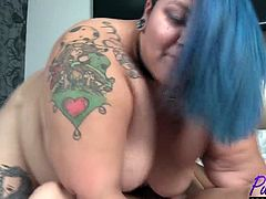 Enjoy this horny phat babe with lots of tattoos and blue hair having fun with a well hung guy in a hotel room . Watch them fuck in HD